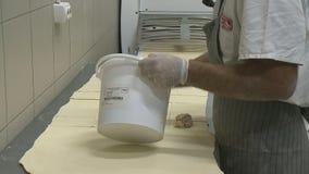 Съемка конца-вверх рук хлебопека сток-видео