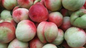 Съемка конца-вверх ` s персика; сочный персик свеж и дешево стоковые изображения