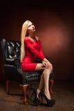 Съемка красивой женщины нося красное усаживание платья Стоковое Изображение RF