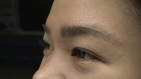Съемка крупного плана азиатского перемещения глаза девушки в метро 4K сток-видео
