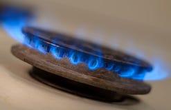 Съемка крупного плана голубого огня от плиты отечественной кухни Плита газа с горящим газом пропана пламен Стоковые Изображения RF