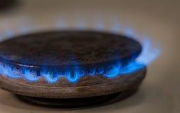 Съемка крупного плана голубого огня от плиты отечественной кухни Плита газа с горящим газом пропана пламен Стоковое Фото