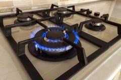 Съемка крупного плана голубого огня от плиты отечественной кухни Cooke газа Стоковое фото RF