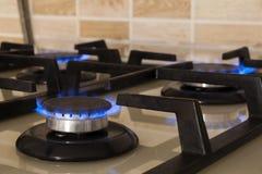 Съемка крупного плана голубого огня от плиты отечественной кухни Cooke газа Стоковая Фотография RF
