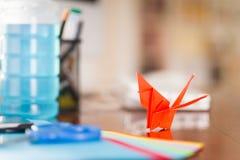 Съемка крупного плана красочных бумаг для того чтобы сделать искусство origami Стоковая Фотография