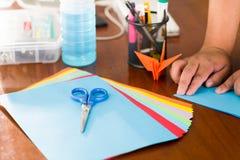 Съемка крупного плана красочных бумаг для того чтобы сделать искусство origami Стоковые Фото