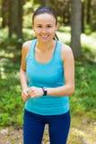 Съемка крупного плана молодого женского бегуна готового для того чтобы побежать с sma спорт Стоковое Фото
