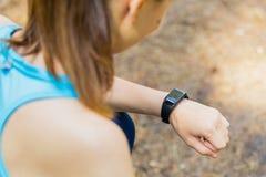 Съемка крупного плана молодого женского бегуна готового для того чтобы побежать с sma спорт Стоковая Фотография RF