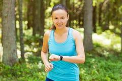 Съемка крупного плана молодого женского бегуна готового для того чтобы побежать с sma спорт Стоковое фото RF