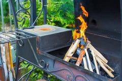 Съемка крупного плана открытого располагаясь лагерем огня для барбекю Стоковые Изображения