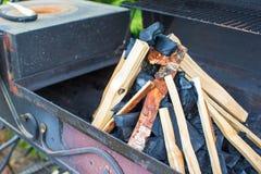 Съемка крупного плана открытого располагаясь лагерем огня для барбекю Стоковые Фото