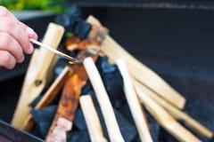 Съемка крупного плана открытого располагаясь лагерем огня для барбекю Стоковое Фото