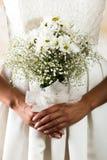 Съемка крупного плана bridal букета цветка держала a Стоковое Изображение