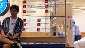 Съемка лотка людей имея стрижку в салоне парикмахерских услуг сток-видео
