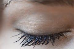Съемка макроса красивого закрытого глаза женщины Стоковая Фотография