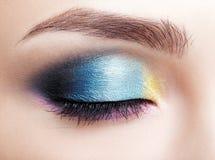 Съемка макроса крупного плана закрытого человеческого женского глаза Девушка с совершенным Стоковая Фотография