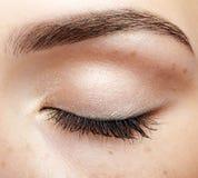 Съемка макроса крупного плана закрытого человеческого женского глаза с естественным днем f Стоковое фото RF
