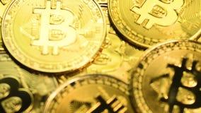 Съемка макроса монеток Bitcoin видеоматериал