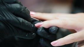 Съемка макроса ногтей делать - gel косметика, конец вверх видеоматериал