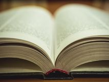 Съемка макроса раскрытой книги на таблице стоковые фотографии rf
