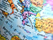Съемка макроса фокуса Греции на карте глобуса для блогов перемещения, социальных средств массовой информации, знамен вебсайта и п Стоковые Фотографии RF