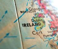 Съемка макроса фокуса Ирландии на карте глобуса для блогов перемещения, социальных средств массовой информации, знамен сети и пре Стоковая Фотография
