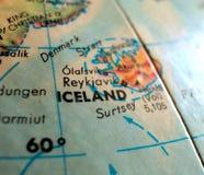 Съемка макроса фокуса Исландии на карте глобуса для блогов перемещения, социальных средств массовой информации, знамен сети и пре Стоковые Изображения