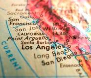 Съемка макроса фокуса США карты Санта-Барбара Калифорнии на глобусе для блогов перемещения, социальных средств массовой информаци Стоковое фото RF