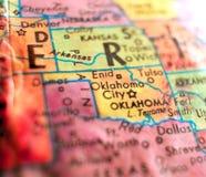 Съемка макроса фокуса США Оклахомаа-Сити на карте глобуса для блогов перемещения, социальных средств массовой информации, знамен  Стоковые Изображения