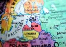 Съемка макроса фокуса Эстонии на карте глобуса для блогов перемещения, социальных средств массовой информации, знамен вебсайта и  Стоковое Изображение RF