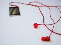 Съемка макроса earbuds подключила к mp3 плэйер стоковые изображения rf