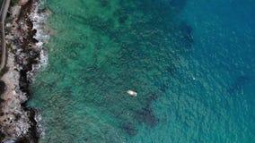 Съемка маленькой лодки сверху воздушная видеоматериал