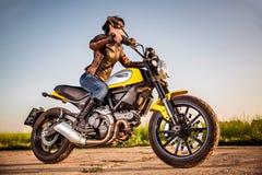 съемка мотоцикла утра девушки велосипедиста Стоковое Изображение