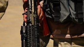 Съемка нагруженной винтовки сток-видео