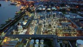 съемка ночи 4K воздушная от масляных баков в рафинадном заводе видеоматериал