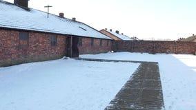 Съемка лотка казармы Освенцима Birkenau в зиме Бывшие немецкие нацистские концентрация и лагерь смерти зажим 4k видеоматериал