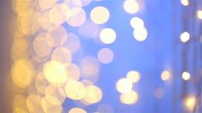 Съемка скольжения тележки bokeh запачканного конспектом светлого striped фиолетового фона сток-видео