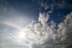 Съемка смешанного белого дневного света облаков в полдень широкоформатная стоковое фото rf