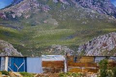 Съемка средства лачуги самонаводит в посёлке под массивнейшей горой в Kleinmond, западной накидке, Южной Африке стоковые фотографии rf