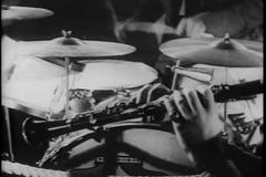 Съемка средства рук играя барабанчики и кларнет акции видеоматериалы