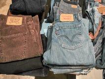 Съемка стойки продавая винтажные джинсы стоковое изображение