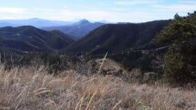 Съемка стороны слайдера долины горы сток-видео