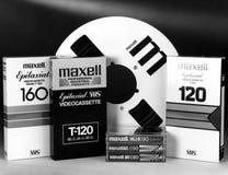 Съемка студии ретро вьюрок и кассета устаревшего и прерыванного VHS аудио и магнитной ленты для видеозаписи Стоковая Фотография RF