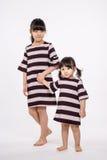 Съемка студии азиатской изолированной сестры - Стоковые Изображения RF