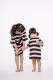 Съемка студии азиатской изолированной сестры - Стоковые Фотографии RF