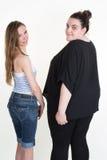 Съемка студии тонкой и тучной или брюзгливой женщины стоящая Стоковое фото RF
