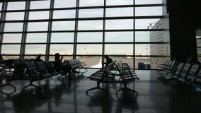 Съемка тележки строба крупного аэропорта видеоматериал
