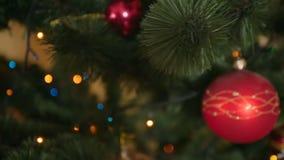 Съемка тележки красивой украшенной рождественской елки на живущей комнате видеоматериал