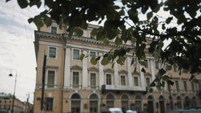 Съемка тележки классического здания на солнечный день, дерева стиля на переднем плане сток-видео