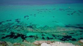 Съемка трутня вида с воздуха красивой скалистой береговой линии верхняя акции видеоматериалы